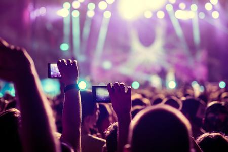 aplaudiendo: Las personas que capturan mejores recuerdos en un teléfono móvil.