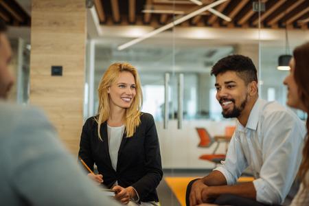empleados trabajando: Colleagues having a meeting in a conference room.