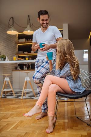 parejas enamoradas: Pareja conversando mientras bebe café de la mañana juntos.