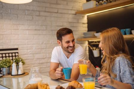 Pareja de desayunar juntos en la mañana. Foto de archivo - 65989012