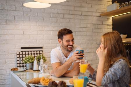 Pareja disfrutando de un desayuno juntos en casa. Foto de archivo - 67106773