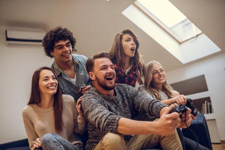 함께 비디오 게임 친구의 그룹입니다.