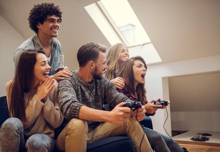 집에서 비디오 게임 친구의 그룹입니다.