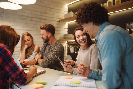 새 프로젝트에 집에서 디지털 태블릿 및 노트북을 사용하는 친구의 그룹. 스톡 콘텐츠