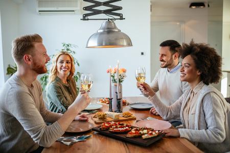 Gelukkige paren die van een romantische lunch thuis genieten.