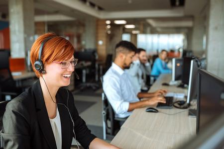 Team van mensen uit het bedrijfsleven werken in een call center op de lijn.