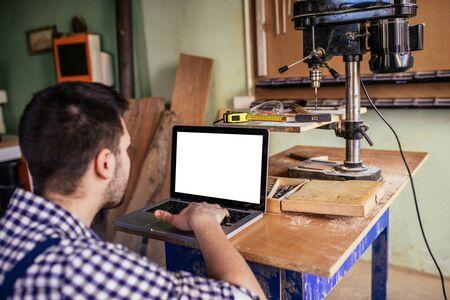 노트북을 사용 하여 목수의 사진입니다.