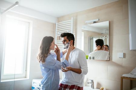 젊은 행복 한 커플 함께 화장실에서 준비의 초상화.