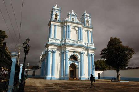 breaking through: Sun romper brevemente a trav�s de las oscuras nubes amenazan con lluvia en San Crist�bal de las Casas, Chiapas, Mexico.