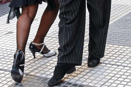 pies bailando: Pies de una pareja que baila tango en Buenos Aires.