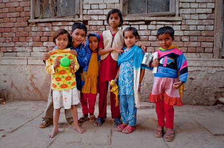 ninos indios: Grupo mixto de India de los ni�os en las espalda callejones de la ciudad vieja de Varanasi. Editorial