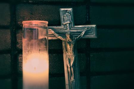 kruzifix: Kruzifix und Wachs brennende Kerze