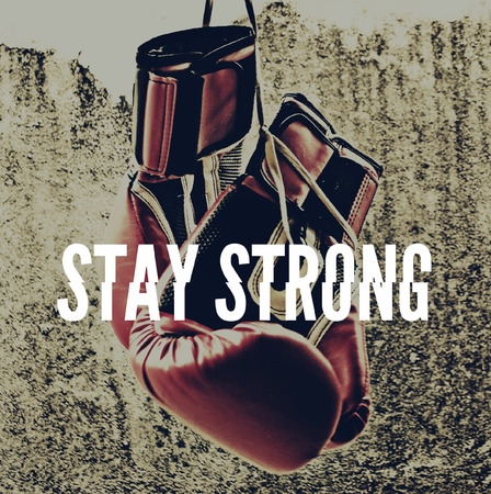 guantes de boxeo: Fotograf�a de un par de guantes de boxeo y la frase: mantenerse fuerte, con may�sculas blancas