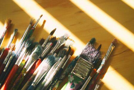 Fotografía de algunos pinceles de arte en una mesa de madera Foto de archivo - 48957902