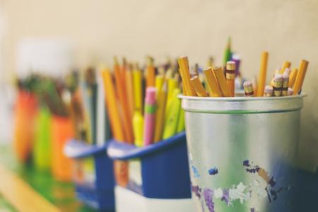 Fotografía de algunos lápices de colores y marcadores en botellas de plástico Foto de archivo - 51552115