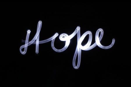Foto van een lichte tekening van het woord Hope met een lang belichtingseffect