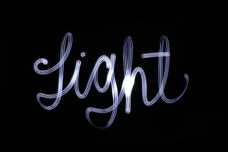 Foto van een lichte tekening van het woordlicht met een lang blootstellingseffect