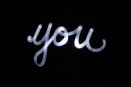 Foto van een lichte tekening van het woord u met een lang blootstellingseffect