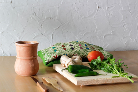 Photograph of some fresh vegetables on a wood table Imagens