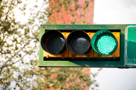 Photograph of a traffic light on urban scenario Imagens