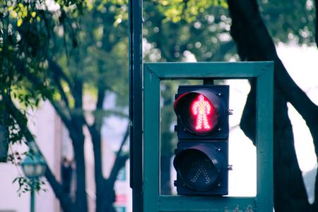 Foto van een verkeerslicht op de stedelijke scenario