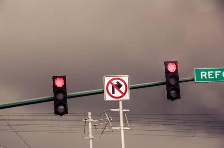 Foto van een verkeerslicht in stedelijke scenario Stockfoto
