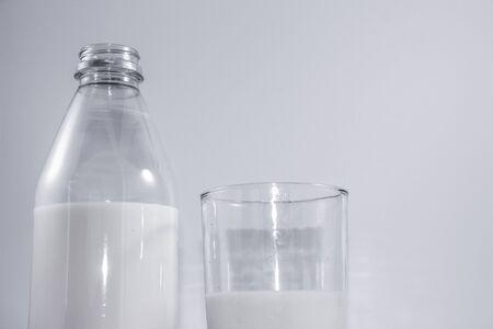 병 및 흰색 배경에 우유의 유리 사진