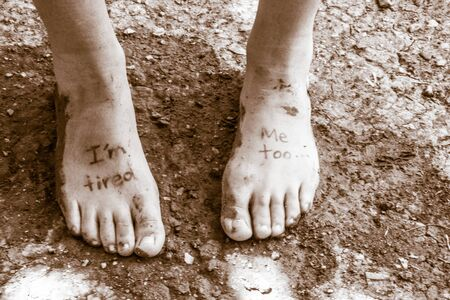 人間の足とフレーズのペアの写真: イム疲れ、私も 写真素材
