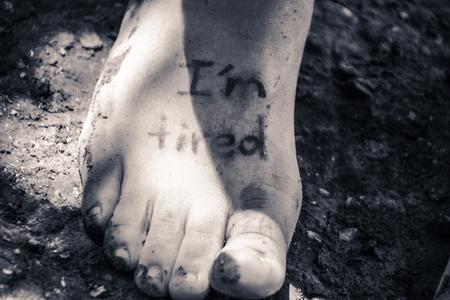 人間の足とフレーズの写真: イム疲れ 写真素材