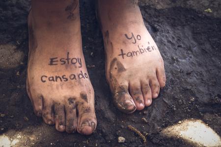人間の足とスペイン語のフレーズのペアの写真: Estoy cansado yo tambien、意味: イム疲れ、私も