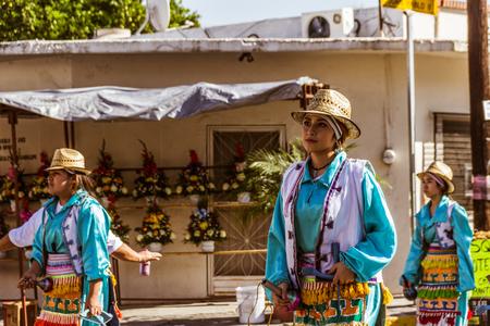 モンテレイ、ヌエボレオンメキシコ - 18 12 2017:メキシコの伝統的なマタチンダンサーがグアダルーペ大聖堂に浸透