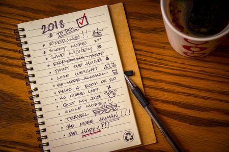Photographie d'un cahier avec liste des résolutions pour le nouvel an 2018 Banque d'images - 92741573