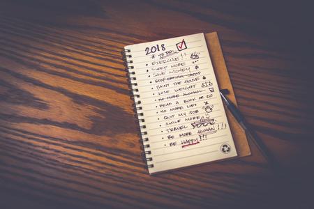 Photographie d'un cahier avec liste des résolutions pour le nouvel an 2018 Banque d'images - 92725291