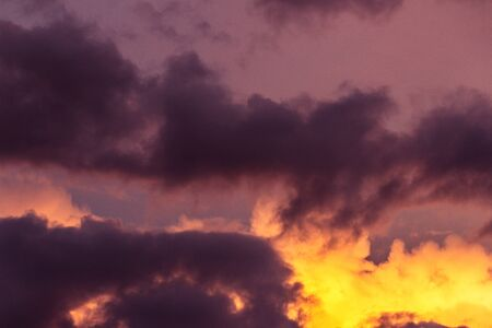 Photograph of a purple and yellow cloudy sky Stockfoto