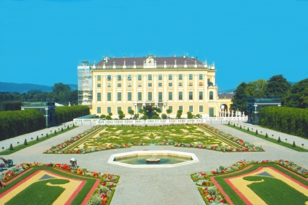 nbrunn: The picture shows the garden of the famous Schönbrunn castle in Vienna