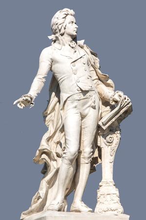 amadeus mozart: La imagen muestra la estatua del famoso compositor Wolfgang Amadeus Mozart Editorial