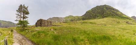 ブレナウ・フェスティニオグ、グウィンド、ウェールズ、イギリスの近くのカペル・ロシドの遺跡 - モエル・イル・ヒッドを背景に