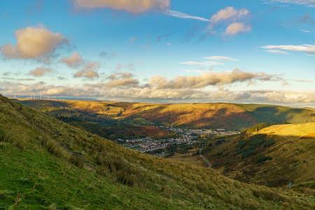 ロンダ・シノン・タフ、ミッド・グラモーガン、ウェールズ、英国のトレオルシー上空のA4061道路からの眺め