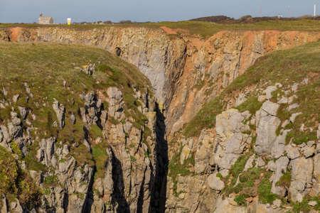 ペンブロークシャー、ウェールズ、英国のキャッスルマーティン近くのフリムストン湾の崖