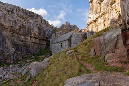 ペンブロークシャー、ウェールズ、英国のボッシャーストン近くの聖ゴバン礼拝堂 写真素材