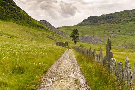 ブレナウ・フェスティニオグ、グウィンド、ウェールズ、英国の近くのカペル・ローシドの遺跡 - コングログスレート採石場を背景に