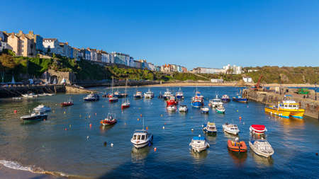 Tenby, Pembrokeshire, Wales, UK - October 23, 2016: View over Tenby and the harbour from Pier Hill 新聞圖片