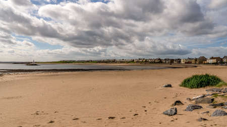 Beach and breakwater in Newbiggin-by-the-Sea in Northumberland, England, UK Banque d'images - 117325041