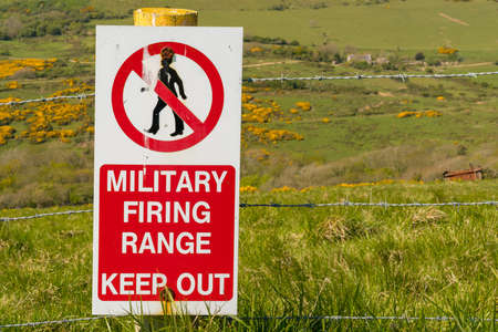 Sign: Military firing range keep out, seen on the South West Coast Path between Worbarrow Bay and Brandy Bay, Jurassic Coast, Dorset, UK Banque d'images