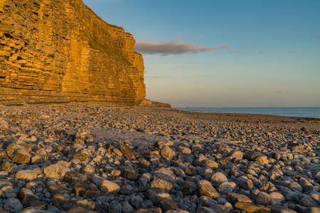 Les pierres et les falaises de Llantwit Major Beach dans le soleil du soir, South Glamorgan, Pays de Galles, Royaume-Uni