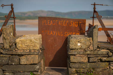 Sign: Please keep shut straying sheep, seen on the shore of the River Leven near Greenodd, Cumbria, England, UK Stock fotó