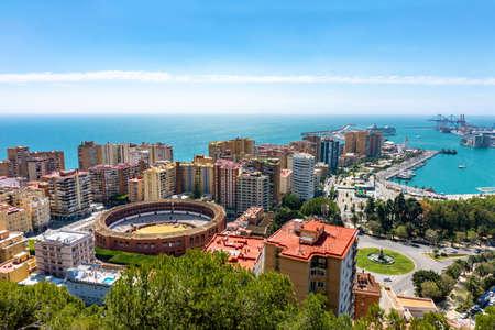 Luftpanoramablick auf die Stadt Malaga mit der Stierkampfarena, Andalusien, Spanien an einem schönen Sommertag am Meer?
