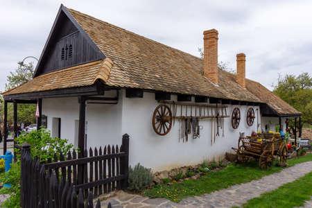 Kleines Dorf HollókÅ' Holloko Frühling in Ungarn berühmt für Osterfeier und seine alten traditionellen ungarischen Häuser