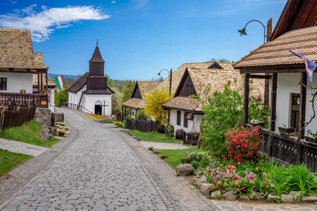 Kleines Dorf Holloko in Ungarn, berühmt für die Osterfeier und seine alten traditionellen ungarischen Häuser Unesco-Weltkulturerbe Frühling mit Blumen Standard-Bild