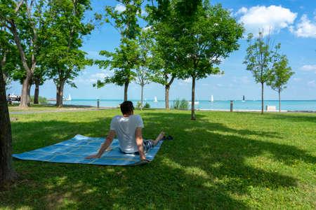 picnic e relax al Lago Balaton Ungheria con un uomo su una coperta Archivio Fotografico